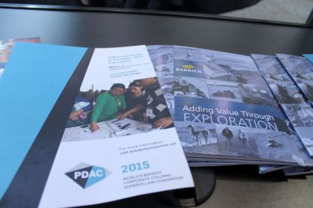 Los panfletos de parodia se exhiben al lado de los reportes de industria en el vestíbulo de PDAC.