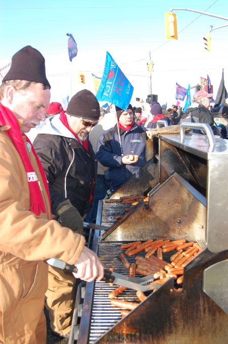 Workers grill up hotdogs for 1,000 pickets outside the front gate of Electro-Motive Diesel in London, Ont. on Jan. 21 Photo: Mick Sweetman