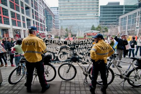 A larger police presence than previous years guarded the meeting, keeping activists to the last 10 inches of sidewalk. One part of the international apparatus protecting mining corporations. (photo: Allan Lissner)